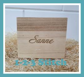 Klein houten doosje met rompertje en mutsje Blush