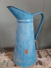 Oude emaille blauwe waterkan
