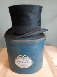Ovale hoedendoos J. Pul & Co + heren hoed G. Th van Dijk