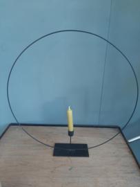 Zwarte metalen  staande ring kandelaar 50 cm.