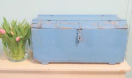 Zachtblauwe houten kist