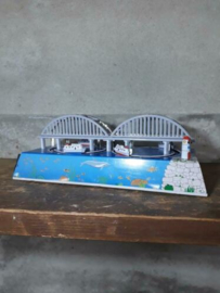 Oud Vintage Blikken Speelgoed - China - Racebaan Bootjes Brug MS431