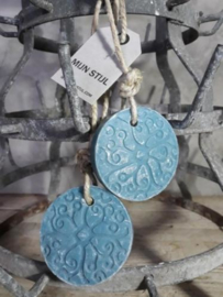 Puur Zeep Batik Hanger Schijf aan Touw Blauw Ghassoul - Kamperfoelie