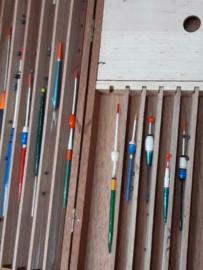Oude Vintage Tuigendoos met Plankjes  met Dobbers Visgerei