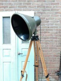 Oude Vintage Industriele Legerspot Spot op Statief Vloerlamp Lamp