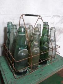 Oud Brocante Rekje met 12 Knikkerflesjes Flesjes