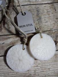 Puur Zeep Batik Hanger Schijf aan Touw Wit Ghassoul - Mille Fleur