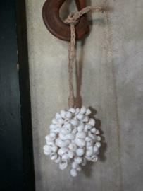 Schelpenhanger - Schelpenslinger  met Witte Schelpen 45 cm