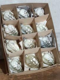 Oude Vintage Kerstballen 5664 Doosje Dennenappels