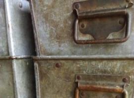 Brocante Metalen Koffers & Kisten & Magazijnbakken