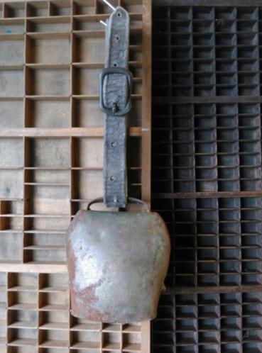 Oude Antiek Brocante Koperen Bel Koebel aan Leren Riem