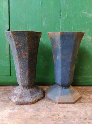 Antieke Gietijzeren Vazen.Oude Brocante Gietijzeren Tuinvaas Vaas Brocante