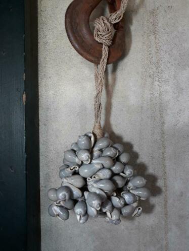 Schelpenhanger - Schelpenslinger  met Grijze Schelpen 45 cm