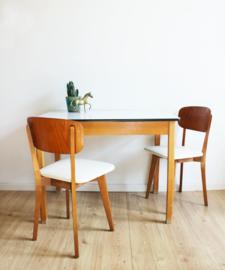Houten vintage tafel met formica blad. Retro eettafel met wit blad.