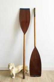 Set houten vintage roeispanen. 2 toffe retro peddels.