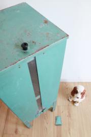 Vreemd groenig/blauw industrieel kastje. Metalen vintage nachtkastje.