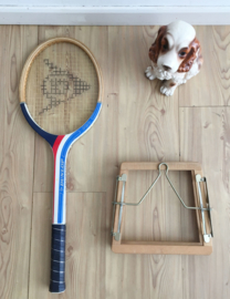 Houten retro tennisracket in regaal. Vintage Dunlop racket