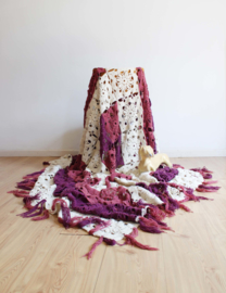 Handgemaakte vintage sprei. Paars en crème kleurige retro deken