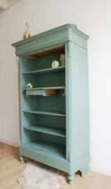 Fantastische mint groene vintage meidenkast. Hoge houten kast met planken en lade.