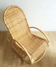 Bohemian rotan schommelstoel. Vintage rocking chair met retro design