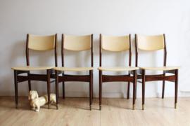4 houten vintage eetkamerstoelen met beige skai. Set retro design stoelen.
