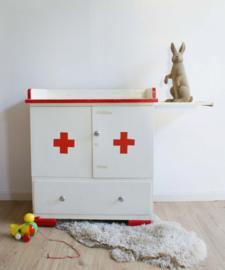 Unieke retro commode met ziekenhuis thema. Vintage kinderkast wit/rood