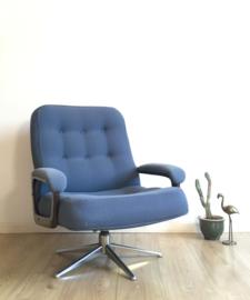 Toffe vintage draai fauteuil. Blauwe retro design stoel.