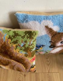 Set vintage kussens met eekhoorn en hertje. 2 handgemaakte kussentjes