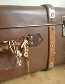 Grote vintage koffer met houten banden. Oud retro valies met gebruikssporen