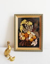 Klein 'schilderijtje' met droogbloemen achter glas. Vintage wandversiering