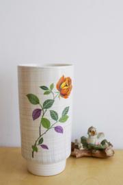 Vintage vaas met bloemen. Aardewerk retro vaasje.