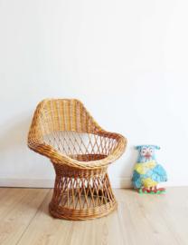 Koddige mini fauteuil van rotan. Rieten boho vintage stoeltje voor kids.