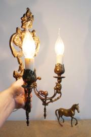 Vintage wandlamp met 2 kaarsen. Romantisch antiek lampje voor aan de muur.