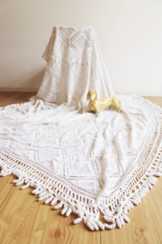 Prachtige grote witte vintage sprei. Gehaakte bohemien lapjes deken