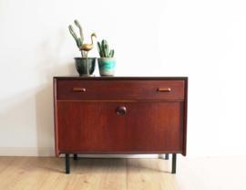 Houten vintage dressoir. Mid Century Modern kast met retro design.
