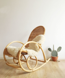 Bohemian rotan schommelstoel. Vintage rocking chair met retro design