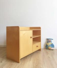 Houten vintage poppen commode. Retro speelgoed kast / keukentje