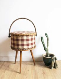 Vintage naaimand op houten pootjes. Retro mand/doos met rieten rand.