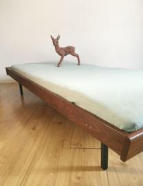Houten vintage daybed uit Finland. Retro bed op zwart metalen poten.