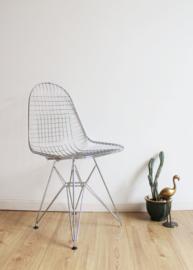 Metalen vintage draad stoel. Retro design stoeltje in Eames stijl