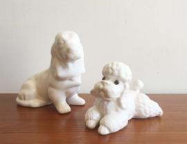 2 vintage honden beeldjes van wit aardewerk. Retro teckel en poedel beeldje.