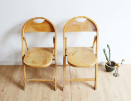 Houten vintage klapstoelen. Retro stoeltjes met ronde rug.