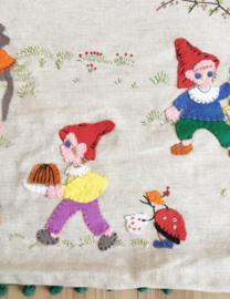 2 handgemaakt vintage wandkleden met kabouters en dieren. Retro wanddecoratie