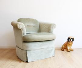 Vintage fauteuil bekleed met licht groen velvet. Zachte Boho velours stoel