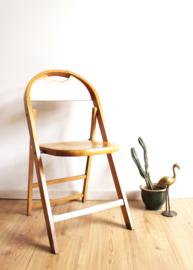 Houten vintage klapstoel. Retro stoeltje met ronde rug.