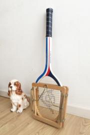 Houten retro tennisracket in regaal. Vintage Dunlop racket