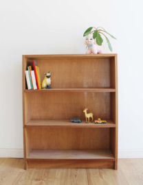 Klein houten vintage boekenkastje. Retro kast met planken.