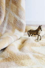 Wollen vintage deken met grafisch patroon. Grote retro sprei/plaid