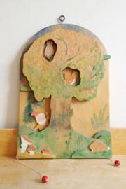 Handgemaakte beweegbare wandplaat met kabouter. Retro trekplaat bos/eekhoorn/uil