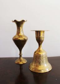 2 goudkleurige vintage kandelaars. Messing (?) kandelaartjes eentje met bel